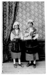 Marguerite et sa soeur Jeanne en 1917e 1917